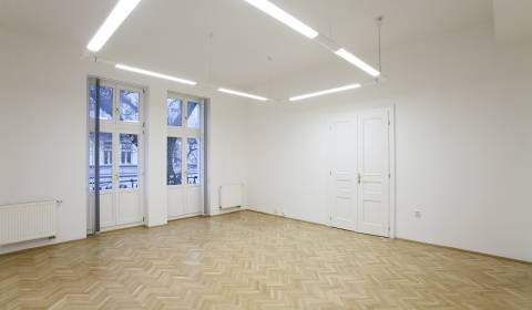 Attic office spaces 148m2, 3 rooms, parking possibilities