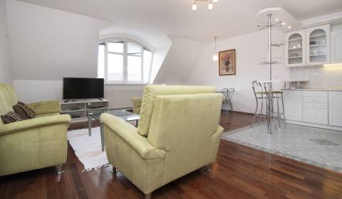 Furnished 2-bdrm apartment in a historic building in the city centre